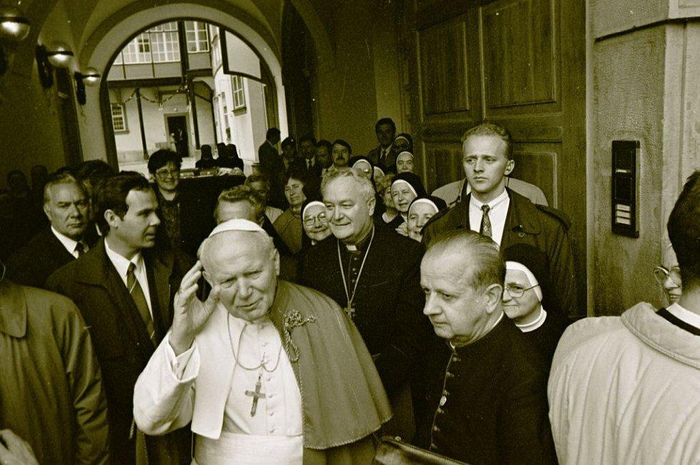 Papež Jan Pavel II. vychází z Arcibiskupského paláce, kde byl během své návštěvy Olomouc ubytovaný
