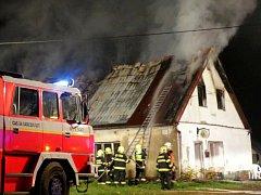 Hasiči zasahují u požáru rodinného domku ve Staré Libavé
