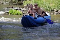 Vodáci na řece Moravě. Jez pod Templem v Litovelském Pomoraví