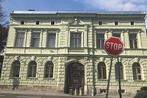 Takzvanou bezdoplatkovou zónu ve Šternberku bude přezkoumávat krajský úřad. Jeden z vlastníků si na opatření stěžuje, že je v rozporu s jeho vlastnickými právy a zákonem.