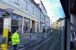 Testovací jízda: výhled z tramvaje na opravovanou ulici 1. máje