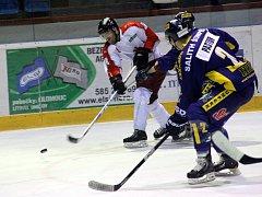 Olomoučtí hokejisté (v bílo-červeném) prohráli doma se Šumperkem 4:5 po samostatných nájezdech.