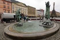Napouštění Arionovy kašny na Horním náměstí v Olomouci
