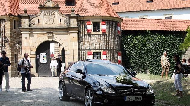 Bára Basiková se svým manželem odjíží po svatebním obřadu z hradu Bouzov