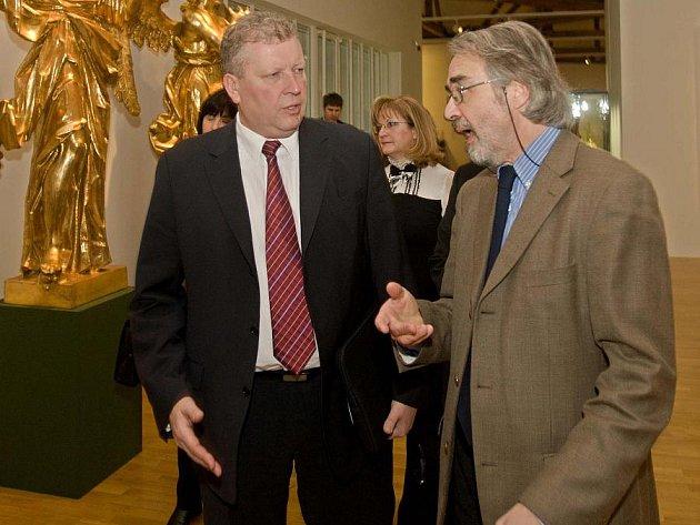 Ministr kultury Jiří Besser v olomouckém Muzeu umění - vpravo ředitel muzea Pavel Zatloukal