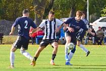 Fotbalisté Dubu nad Moravou (v bílo-černém) prohráli doma s Beňovem 2:4 (1:2)