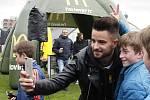 Martin Hála se fotí s mladým fotbalistou.