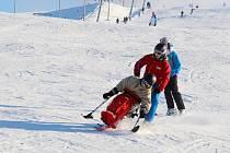 Jízda na monoski ve skiareálu v Hlubočkách