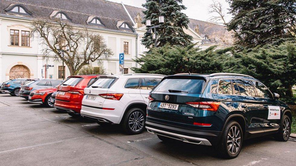 S rozvozem nákupů pro olomoucké seniory pomůže desítka vozidel, která bezplatně zapůjčila Škoda Auto