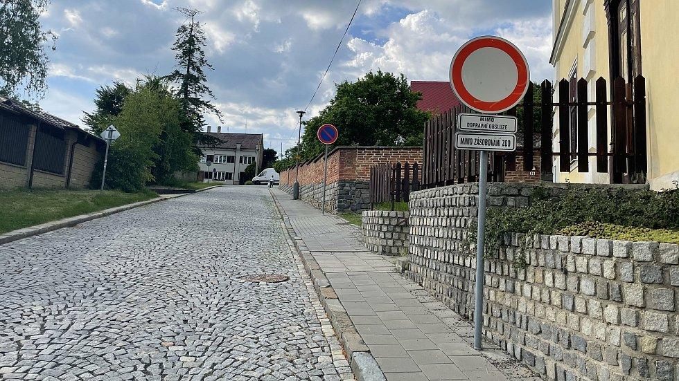 Dopravní situace u základní školy na Svatém Kopečku, ulice Holubova, 10. června 2021