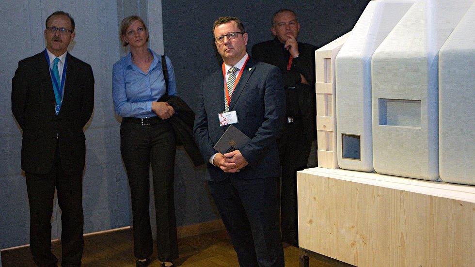 Ministr kultury Antonín Staněk (třetí zleva) a ředitel Muzea umění Michal Soukup (vlevo) na představení modelu SEFO podle návrhu Jana Šépky v září 2018