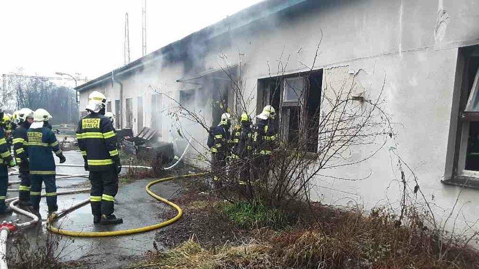 Zásah hasičů u požáru opuštěné budovy u nádraží v Hranicích. 24.12. 2020