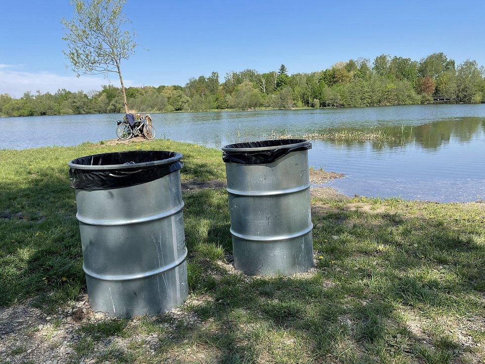 V areálu koupaliště Poděbrady u Olomouce přibylo nádob na odpad, 12. května 2021