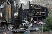 Vyhořelá zahradní chatka v Dobrovského ulici, kde hasiči našli mrtvé tělo