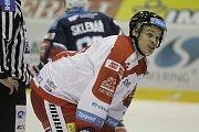Olomoučtí hokejisté (v bílém) porazili Chomutov 1:0. Roman Vlach.