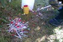 Strážníci v olomoucké ulici Kmochova našli v neděli před polednem 231 injekčních stříkaček
