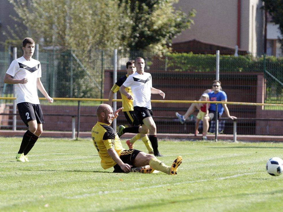 Olomoucký divizní tým Nové Sady (ve žlutém) podlehl rezervě Opavy 1:3. Tomáš Režný (ve skluzu).