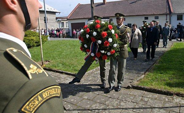 Vneděli 29.dubna se upamátníku na Zákřově (místní část Tršic uOlomouce) uskutečnila tradiční pietní vzpomínka upříležitosti 67.výročí od vypálení obce nacisty.