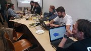 V Picolo (Pirátské centrum Olomouc) v ulici 8. května sledují týmy Pirátů a STAN průběžné výsledky z celého okresu na svých počítačích. Z pvního sečteného okrsku, kde získali přes patnáct procent, byli nadšení. Foto: Deník/Lukáš Blokša