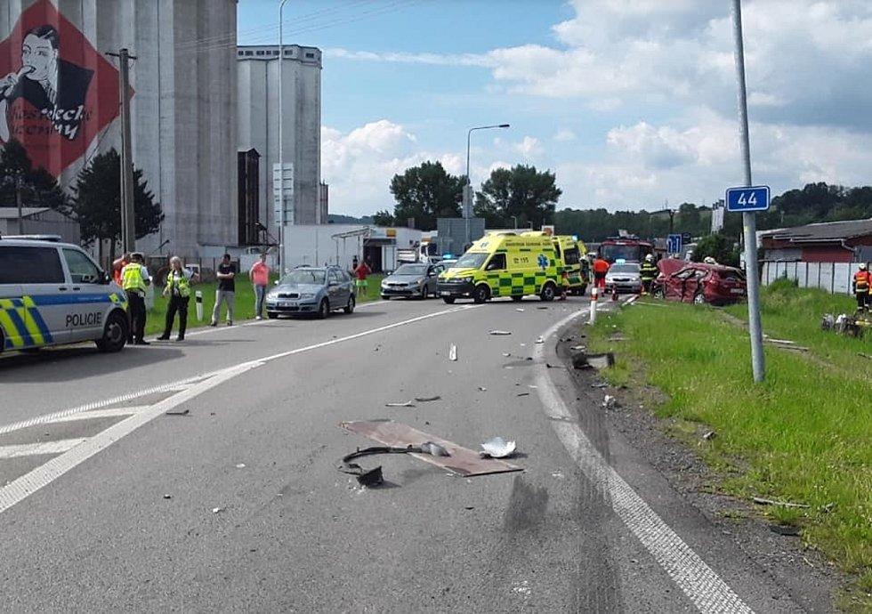 Hromadná nehoda na kruhovém objezdu na silnici I/44 v Zábřehu