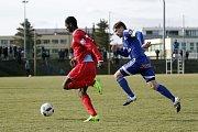 Olomoučtí fotbalisté (v modrém) porazili v přípravě Nitru 1:0. Aleš Škerle (vpravo).
