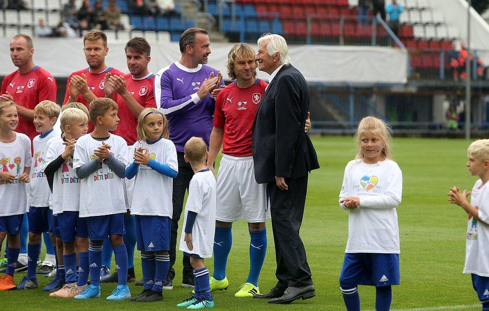 Karel Brückner s Pavlem Nedvědem na Zápase století v září 2019 na Andrově stadionu v Olomouci