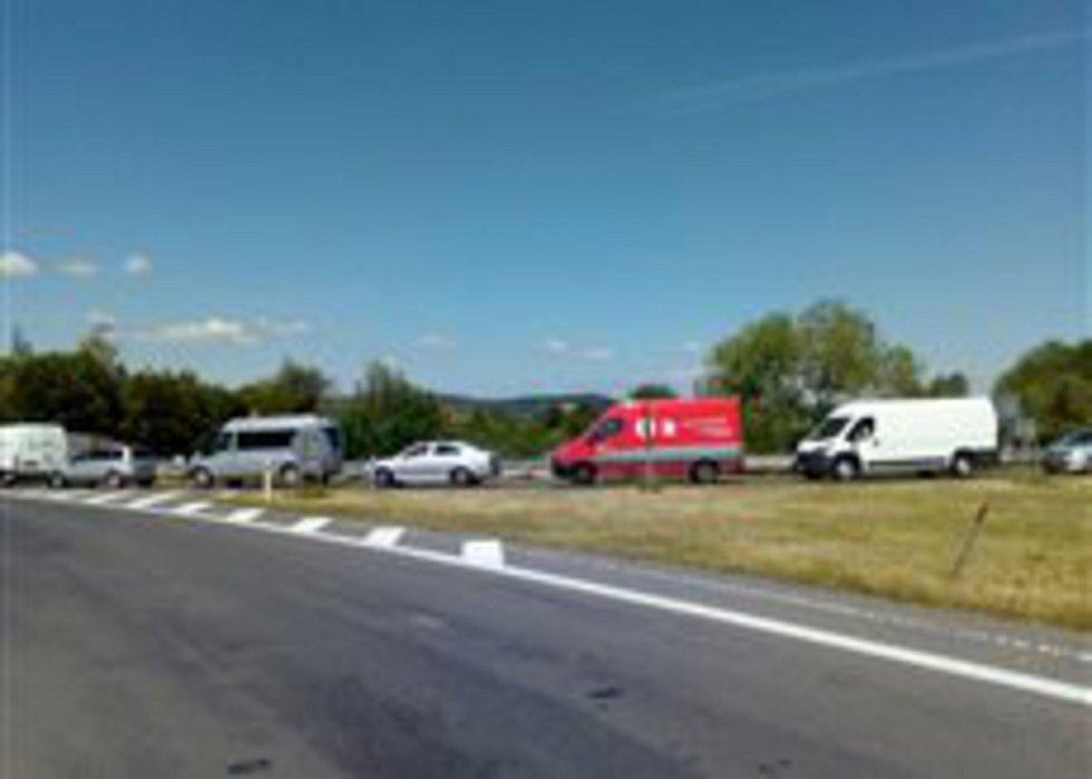 Nehoda autobusu u Nasobůrek - kolona