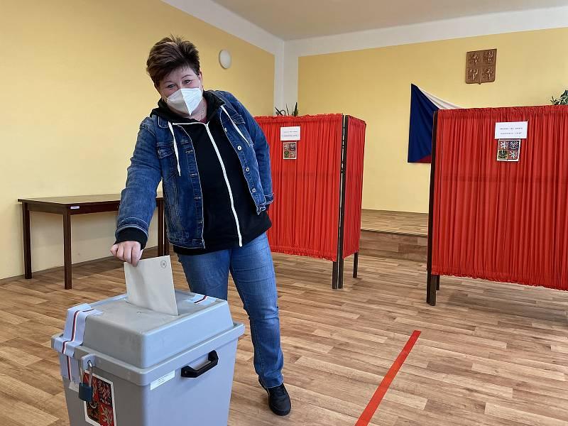Volby v Nové Hradečné, kde je starostou lídr kandidátky Pirátů a Starostů Tomáš Müller (STAN), 9. října 2021