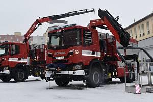 Krajští hasiči v Olomouci převzali novou techniku. Vozový park rozšířili o dva nové vozy, pomáhat jim bude i speciální kontejner