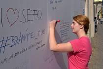 Veřejnost může psát vzkazy na ohradu u Muzea umění v Olomouci