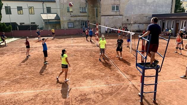 Netradiční turnaj ve volejbale v Uničově.