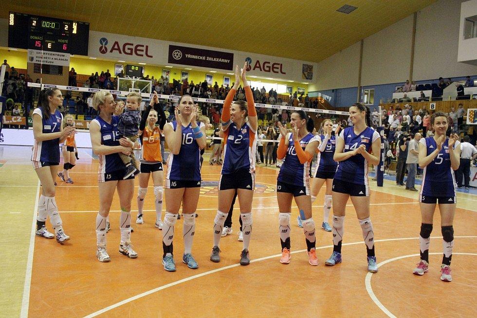 Olomoucké volejbalistky se po prohraném finále v Prostějově zdraví se svými fanoušky