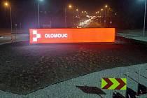 Svítící logo Olomouce na novém rondelu v Lipenské ulici