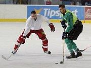 Tomáš Chorý (vpravo) a gólman Miloš Buchta na hokejovém tréninku Sigmy