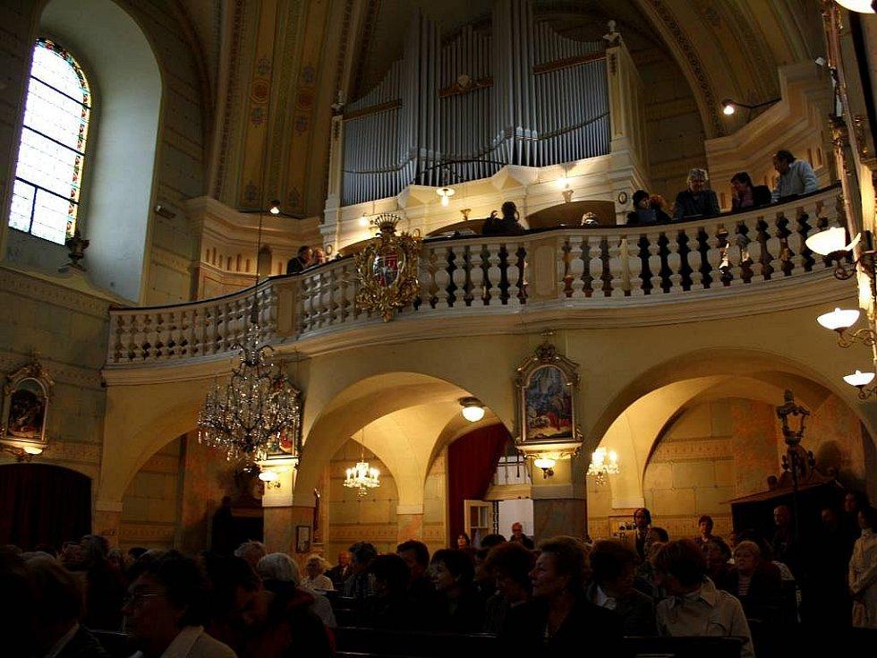 Zaplněný kostel ve Velké Újezdě při slavnostním svěcení zvonu