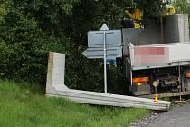 Nehoda u Šternberka. Na silnici vypadl betonový panel.