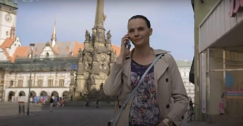 Screen z filmové minisérie Živé terče. Horní náměstí