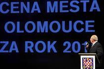 Pavel Hekela moderuje slavnostní večer v Moravském divadle v Olomouci, kde byly předány Ceny města Olomouce