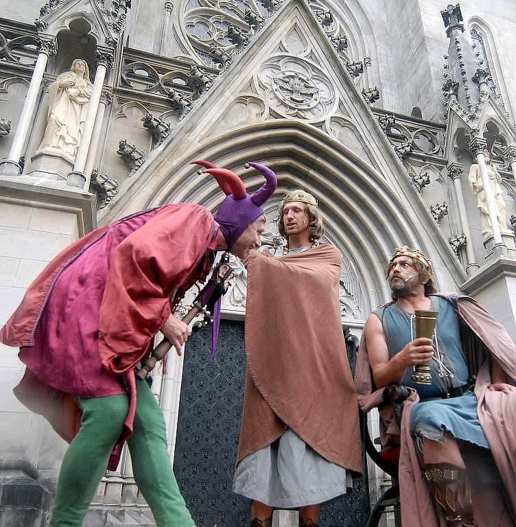 Premiéra hry Václav III. – O historii jedné královraždy před olomouckou katedrálou