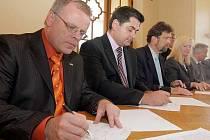 Ladislav Šnevajs (KDU-ČSL), Martin Novotný (ODS) a Ivo Vlach (TOP09) při podpisu koaliční dohody na olomoucké radnici