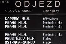 Odjezdová tabule na hlavním nádraží v Olomouci