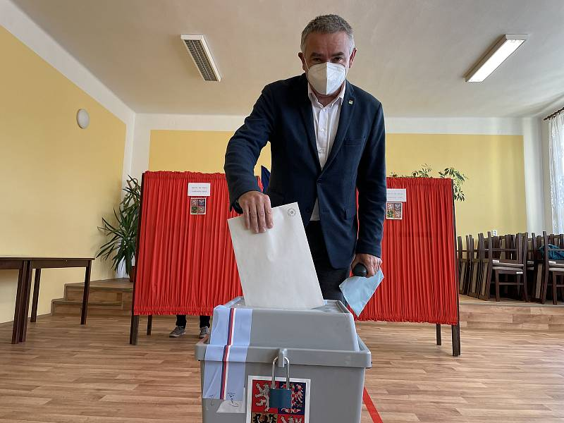 Lídr kandidátky Pirátů a Starostů Tomáš Müller (STAN) ve volební místnosti v Nové Hradečné, kde je starostou, 9. října 2021