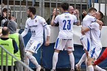 Sigma Olomouc - Baník Ostrava 0:2. Fotbalisté Ostravy oslavují druhý gól s fanoušky Baníku za plotem Androva stadionu.