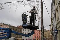 Odstraňování světelné vánoční výzdoby z Dolního náměstí v Olomouci