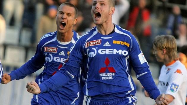 Martin Hudec (vpopředí) se raduje z gólu.