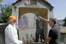 Rob van Dolron a Wima Barends při práci na slavonínské křížové cestě