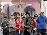 Mladí lidé na velkopáteční křížové cestě procházejí ulicemi Olomouce. Ilustrační foto