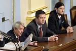 Místopředsedové Sněmovny - zprava Vojtěch Pikal (Piráti), Jan Hamáček (ČSSD), Vojtěch Filip (KSČM)