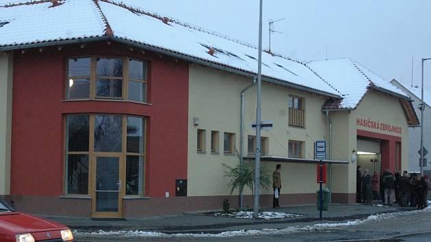 Novou zbrojnici – knihovnu slavnostně otevřeli včera hasiči a zastupitelé Chomoutova.