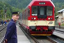 Průvodčí v dobové uniformě na nástupišti v Hanušovicích při oslavách 140 let Moravské pohraniční dráhy. Ilustrační foto